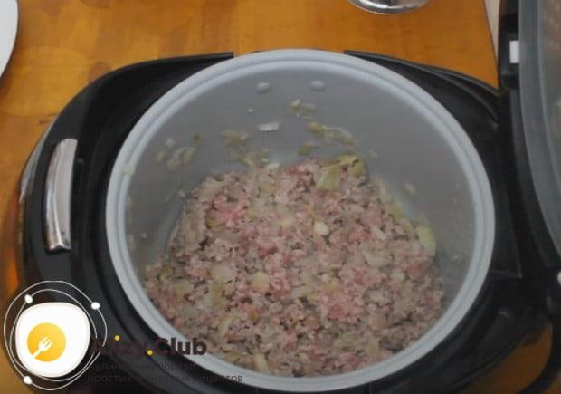 К луку добавляем мясо, перемешиваем.