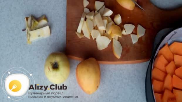 Очищаем яблоки и нарезаем