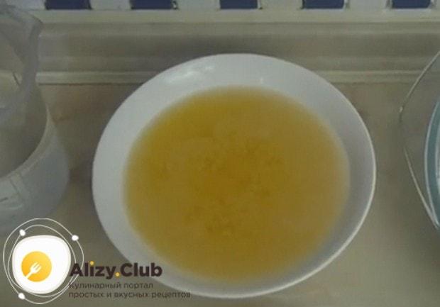 Для приготовления теста надо растопить маргарин.