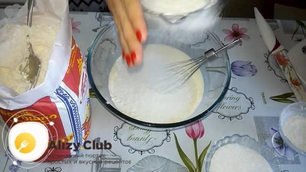 Для приготовления плацинды с тыквой, в жидкие ингредиенты добавьте муку.