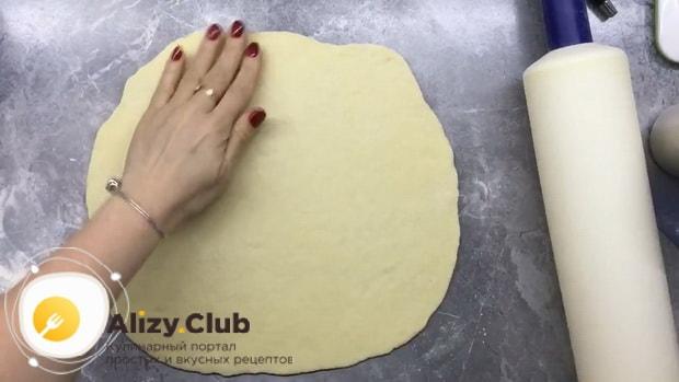 Для приготовления плацинды с тыквой раскатайте тесто.