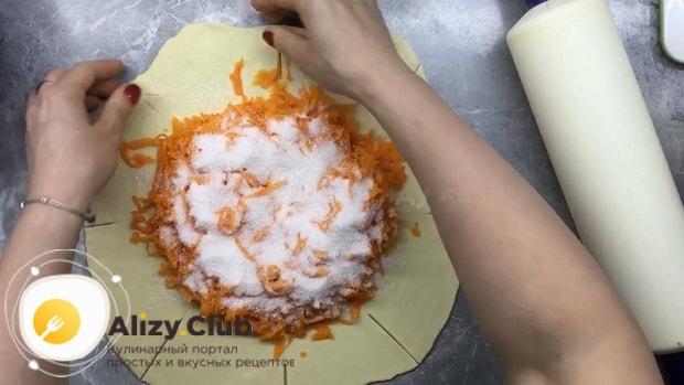Для приготовления плацинды с тыквой выложите начинку на тесто.
