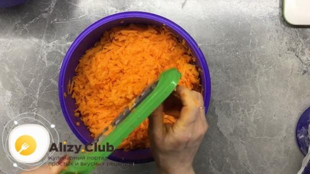 Для приготовления плацинды с тыквой натрите ингредиенты.