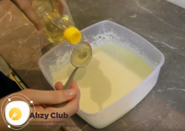 Добавим в тесто растительное масло, чтобы блины не приставали к сковороде.