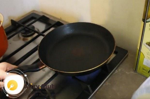 Хорошо разогреваем сковороду и смазываем ее сливочным маслом.