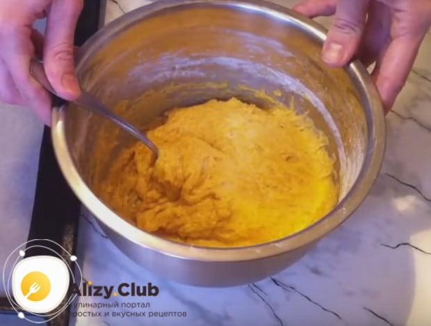 У нас должно получится довольно густое тесто, из которого руками будем формировать печенье.