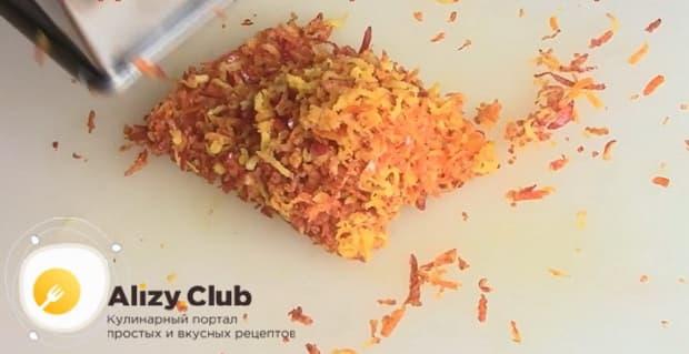 Натрите цедру для приготовления морковного кекса.
