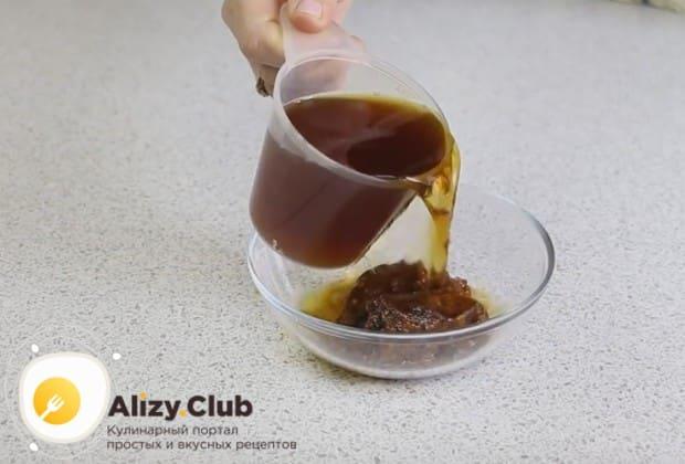 Чтобы приготовить пирог с вареньем без яиц, нам понадобится крепкий чай, в котором надо растворить варенье.
