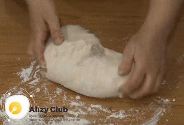 Когда тесто поднимется, перекладываем его н стол и обминаем.