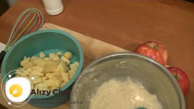 Подготовьте все ингредиенты для приготовления постного пирога с яблоками.