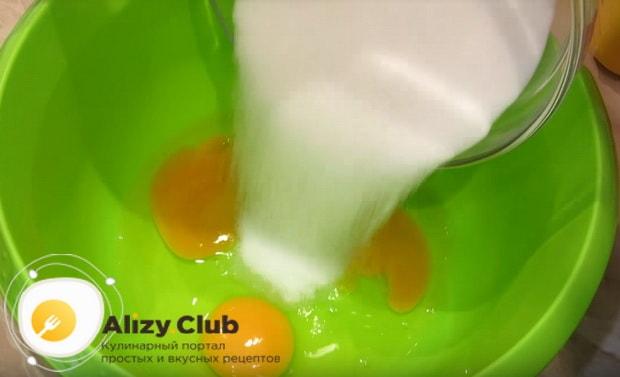 добавляем к яйцу сахар и перемешиваем