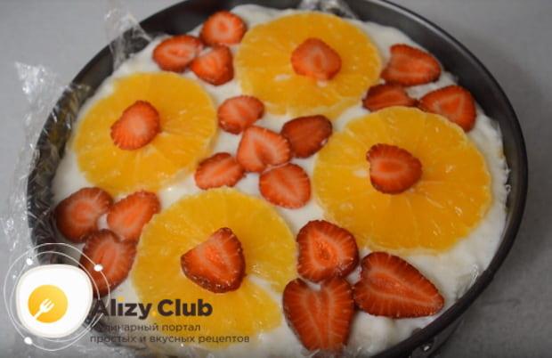 Как приготовить бисквитный торт со сметанным кремом и фруктами в домашних условиях