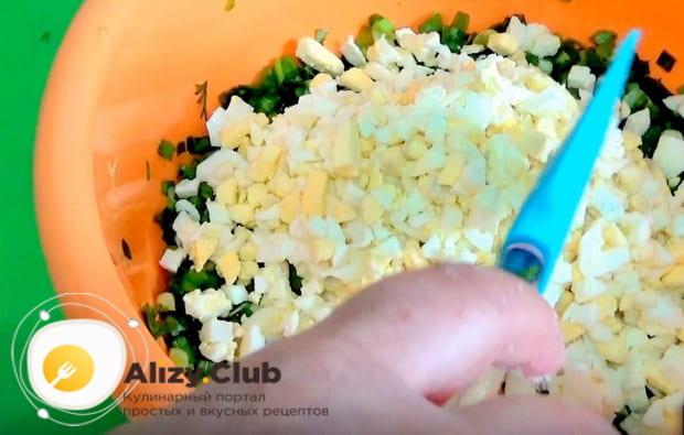 Смешиваем яйца с луком и укропом