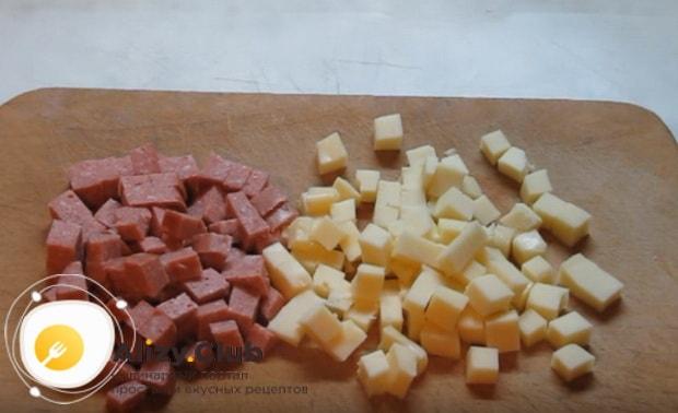 Сыр и колбасу нарезаем небольшими кубиками