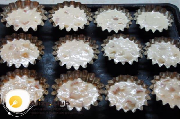 Формы для кексов заполняем тестом