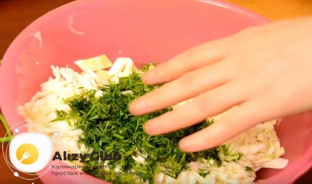 перемешиваем капусту с укропом