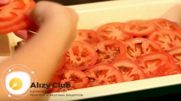 кружочками помидора накрываем мясо