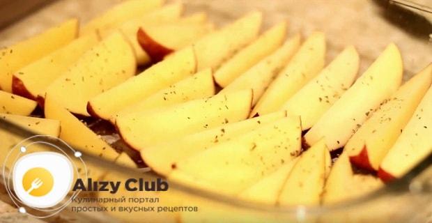 картофельные ломтики складываем в жаропрочную емкость