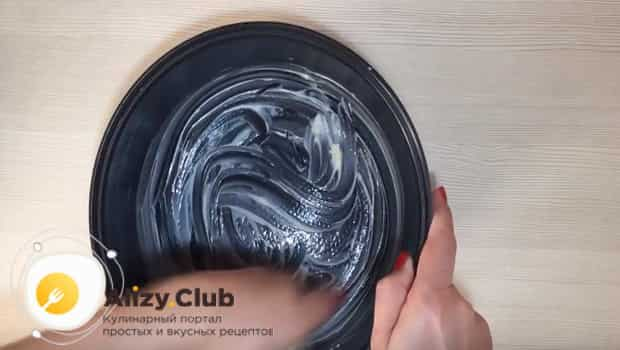 Чашу мультиварки смазываем маслом