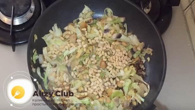 К начинке для пирога с капустой и грибами добавляем орехи и соевый соус
