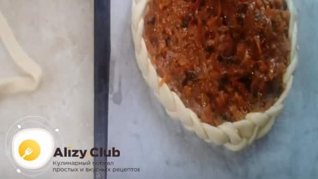 Выкладываем начинку на тесто