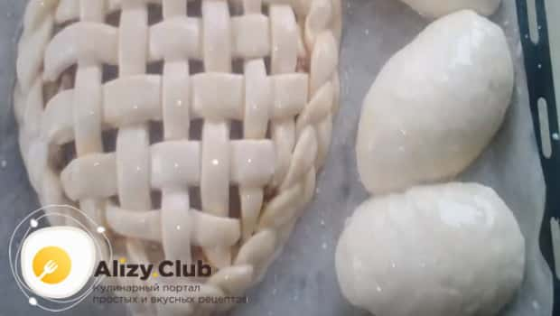 Красиво оформляем пирог с капустой и грибами и ставим в духовку