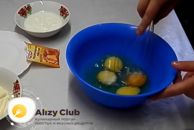 размешиваем венчиком яйца