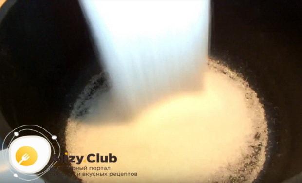 В кастрюлю высыпаем сахар
