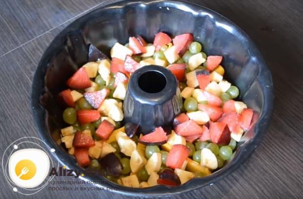выкладываем фрукты в форму