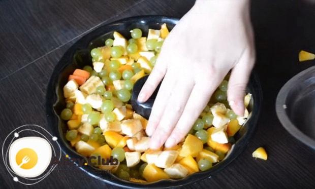 разравниваем все фрукты по поверхности
