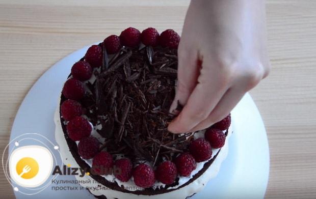 Посередине торта кладем шоколадную стружку