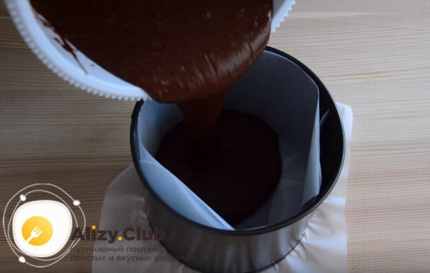 Выливаем тесто в подготовленную форму для выпечки