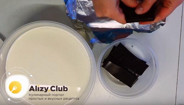 разламываем на кусочки шоколад в тарелку