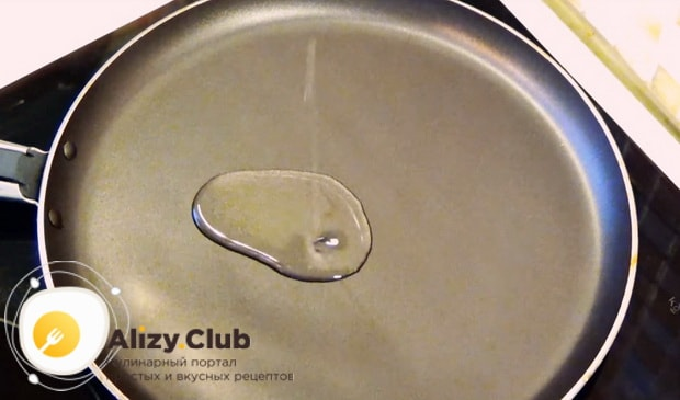 добавляем растительное масло на блинницу