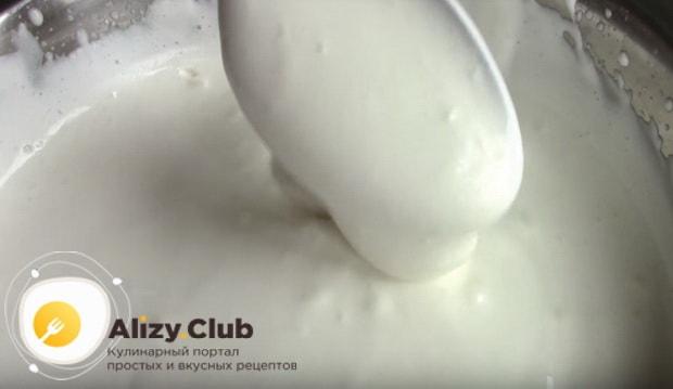взбиваем миксером сметану с сахаром