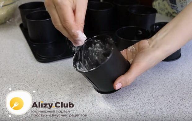 формы для выпекания посыпаем мукой