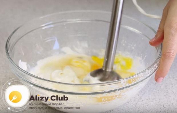 Разбиваем яйца в миску с творогом и взбиваем