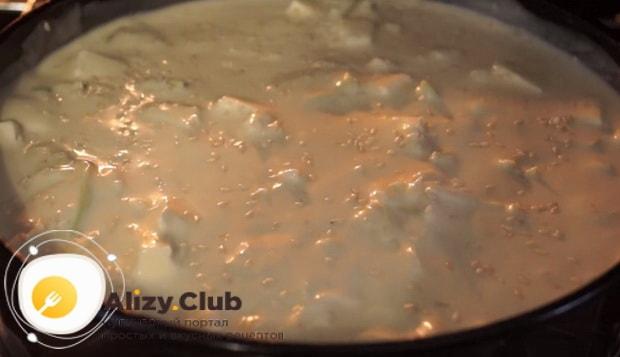 Присыпаем пирог семенами кунжута и отправляем в духовку