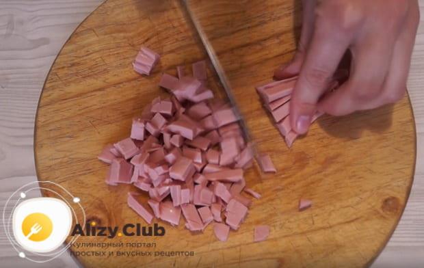 Колбасу нарезаем кубиком