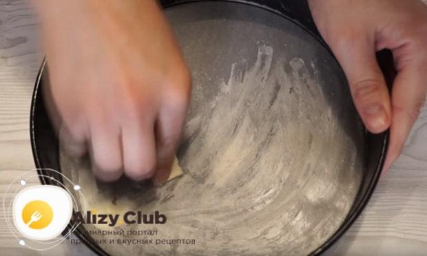 форму для выпечки смазываем сливочным маслом