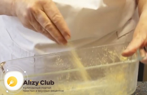 Чтобы наш быстрый рыбный пирог было легче вынуть из формы, обсыпаем ее панировочными сухарями.