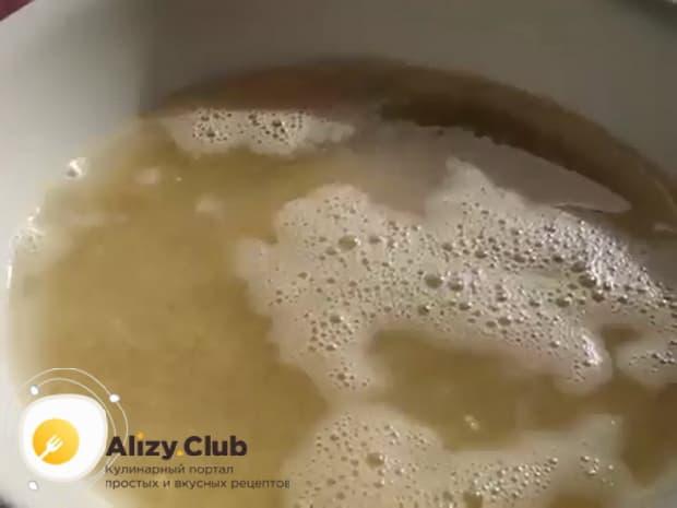 Для приготовления каши на молоке с тыквой, замочите крупу.
