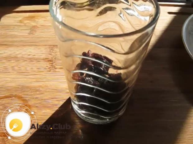 Для приготовления пшенной каши с тыквой на молоке, залейте изюм кипятком.