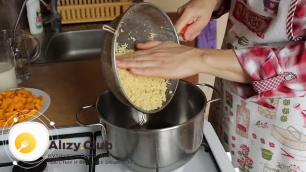 По рецепту. для приготовления пшенной молочной каши с тыквой - поставьте кастрюлю на огонь.