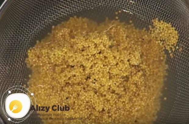 Пока овощ карамелизируется, тщательно промываем пшено.