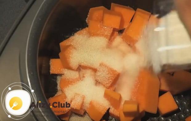 Выкладываем кусочки тыквы мультиварку и засыпаем сахаром.