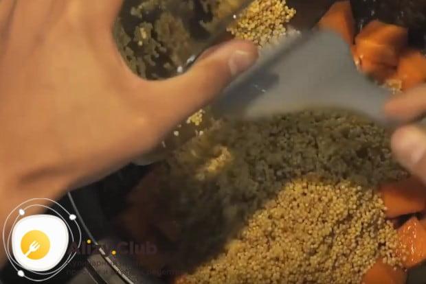 Когда тыква будет готова, добавляем к ней промытое пшено.