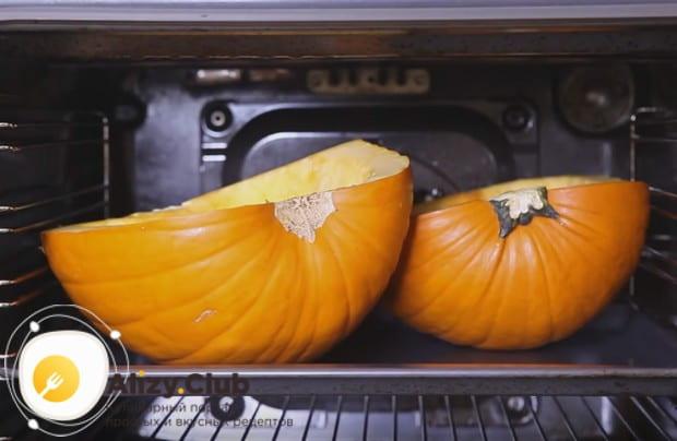 Половинки овоща отправляем в духовку, выложив их на противень срезом вверх.