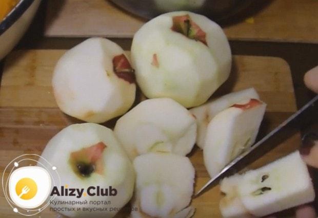 Яблоки моем, очищаем от кожуры и сердцевины.