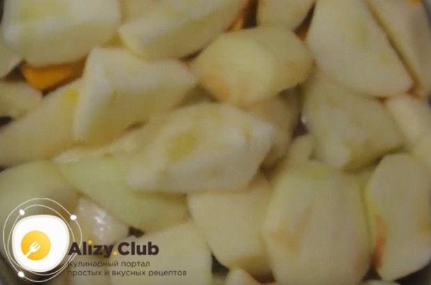 Нарезанные на кусочки яблоки выкладываем в кастрюлю к тыкве и заливаем водой.